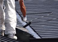 屋根を手塗りで塗装しているイメージ写真