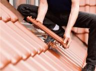 屋根を葺き替えをしてるイメージ写真